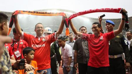 Anies Baswedan dan Sandiaga Uno saat menyaksikan laga Persija Jakarta kontra Barito Putera.