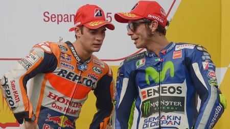 Dani Pedrosa (kiri) tampak mendengarkan perbincangan Valentino Rossi. - INDOSPORT