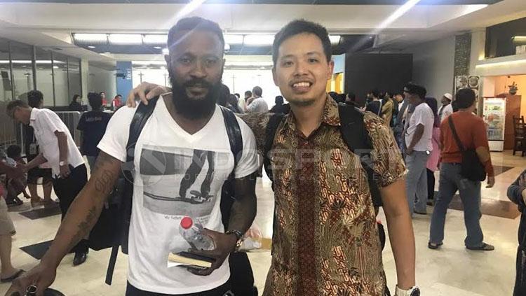 Gabriel Budi Limonto saat menjeput Didier Zokora di Bandara. Copyright: Taufik Hidayat/INDOSPORT