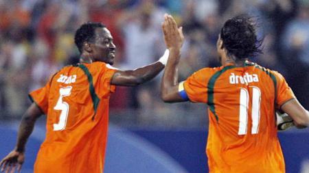 Selebrasi Didier Drogba dan Didier Zokora. - INDOSPORT