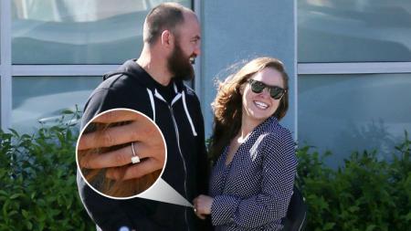 Ronda Rousey menunjukkan kemesraannya dengan Travis Browne di Los Angeles, Amerika Serikar. - INDOSPORT