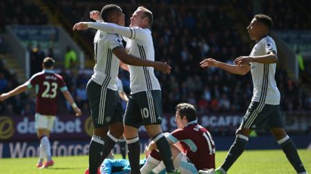 Wayney Rooney dan Anthony Martial merayakan golnya ke gawang Burnley. - INDOSPORT