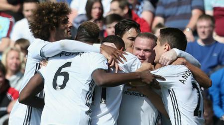 Skuat Manchester United merayakan gol Rooney. - INDOSPORT