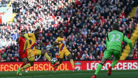Christian Benteke membobol gawang Liverpool di Anfield. - INDOSPORT