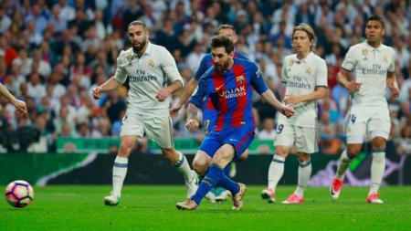 Lionel Messi mencetak gol ke gawang Keylor Navas setelah mengelabui 2 bek Real Madrid. - INDOSPORT