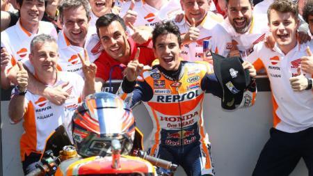 Pembalap Repsol Honda, Marc Marquez merayakan kemenangannya di Amerika. - INDOSPORT
