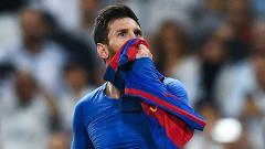 Indosport - Lionel Messi membuka jerseynya di hadapan fans Real Madrid setelah mencetak gol di menit terakhir.