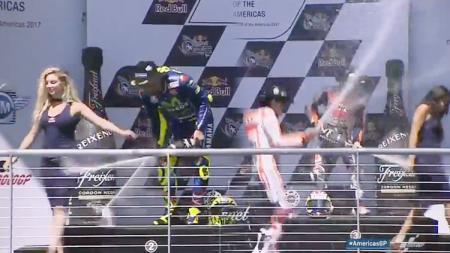 Valentino Rossi, Dani Pedrosa dan Marc Marquez merayakan keberhasilan mereka meraih podium saat balapan di MotoGP Amerika. - INDOSPORT