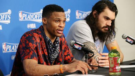 Russell Westbrook dan Steven Adams saat memberikan keterangan dalam konferensi pers. - INDOSPORT