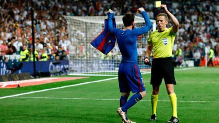 Lionel Messi mendapatkan kartu kuning pasca berselebrasi. - INDOSPORT