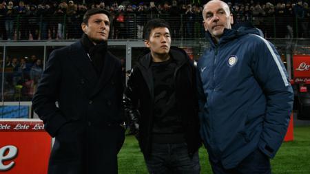 Stefano Pioli (kanan), bersama Steven Zhang (tengah), dan Javier Zanetti. - INDOSPORT