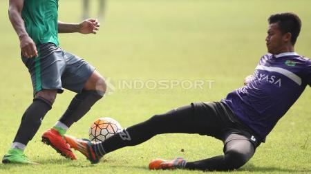 Pemain Persita Tangerang tampak menjegal kaki pemain Timnas U-22. - INDOSPORT
