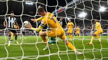 Paul Gallagher (kuning) saat menahan bola dengan tangannya. - INDOSPORT