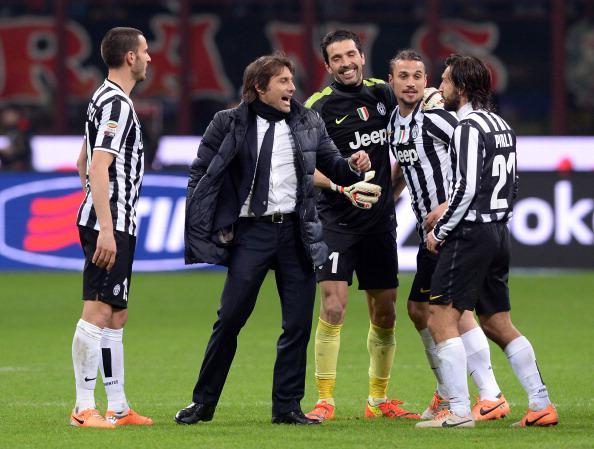 Antonio Conte (kedua dari kiri) saat masih melatih Juventus. Copyright: Claudio Villa/Getty Images