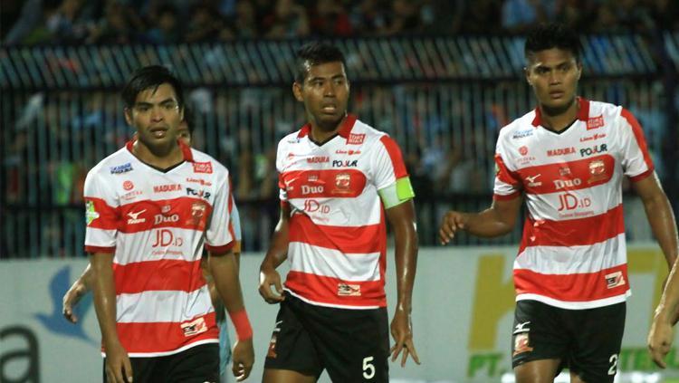 Para pemain Madura United saat menghadapi Persela Lamongan. Copyright: Ian Setiawan/INDOSPORT