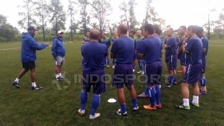 Instruktur pelatih dari AFC, Vincent Sumramaniam memberikan materi di lapangan NYTC Sawangan Depok. - INDOSPORT