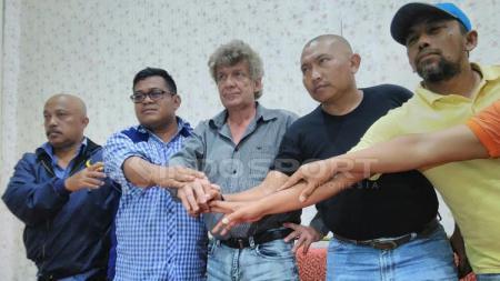 Stefan Hansson (tengah) saat diperkenalkan manajemen Persema Malang. - INDOSPORT