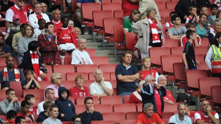 Suporter Arsenal yang kecewa kabarnya membuat klub sepak bola sendiri yang akan berlaga di kasta ke-9 Liga Inggris. - INDOSPORT