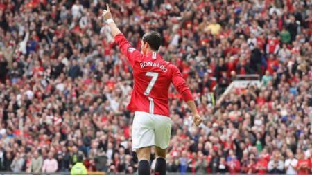 Cristiano Ronaldo saat masih berseragam Manchester United menggunakan nomor punggung 7. Chris Coleman/Manchester United via Getty Images. - INDOSPORT