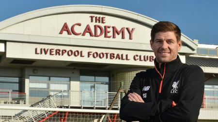 Steven Gerrard menjadi pelatih Liverpool U-18. - INDOSPORT