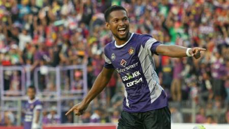 Selebrasi pemain Persik Kediri, Abdul Rahman Abanda usai mencetak gol bagi timnya. - INDOSPORT