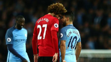 Marouane Fellaini terlihat menanduk Sergio Aguero dalam Derby Manchester. - INDOSPORT