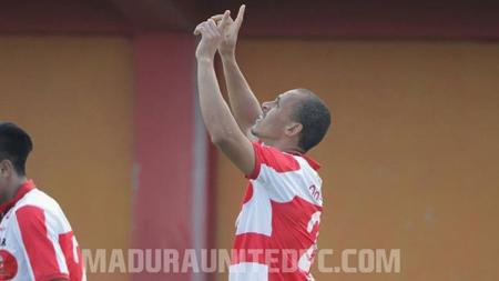 Selebrasi Peter Odemwingie saat membuka gol Madura United. - INDOSPORT