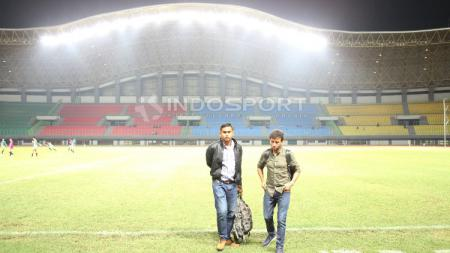 Pelatih Timnas U-22, Luis Milla (kanan) saat hadir di Stadion Patriot Candrabhaga, Bekasi. - INDOSPORT