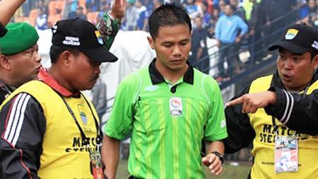 Wasit Iwan Sukoco kembali menjadi sorotan usai memimpin pertandingan pekan ke-8 Liga 1 2019 antara Barito Putera vs Bali United, Minggu (14/07/19). - INDOSPORT