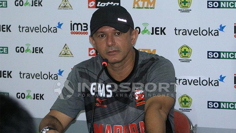 Gomes de Oliveira akan mengevaluasi skuatnya usai ditahan Mitra Kukar. Copyright: Ian Setiawan/Indosport