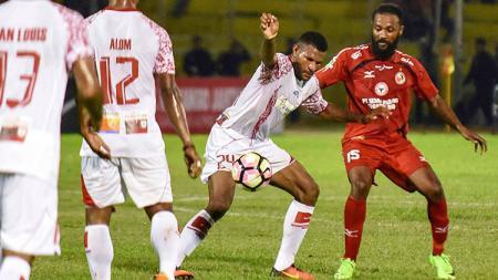 Didier Zokora saat berebut bola melawan pemain Persipura Jayapura. - INDOSPORT