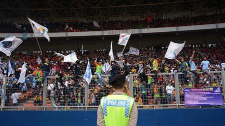 Ratusan ribu buruh Indonesia di Stadion Gelora Bung Karno, Senayan, Jakarta. - INDOSPORT