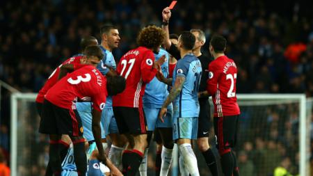 Marouane Fellaini diganjar kartu merah dalam Derby Manchester. - INDOSPORT
