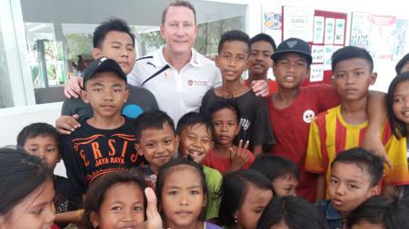 Ray Parlour (kaus putih) bersama dengan anak-anak Yayasan Sayangi Tunas Cilik. - INDOSPORT