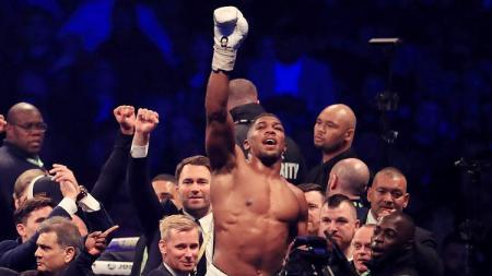 Anthony Joshua mengalahkan Wladimir Klitschko untuk gelar IBF dan WBA di Stadion Wembley. - INDOSPORT
