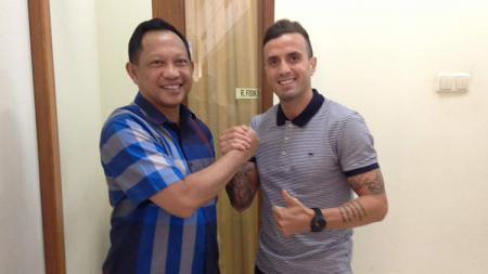 Paulo Sergio (kanan) dan bersama Kapolri Tito Karnavian. - INDOSPORT