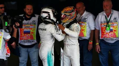 Lewis Hamilton (kanan) memberi selamat kepada Valtteri Bottas yang memenangkan GP Rusia. - INDOSPORT