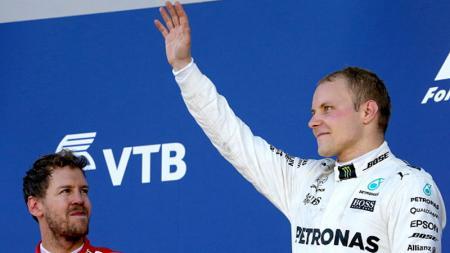 Valtteri Bottas berada di atas podium GP Rusia bersama Sebastian Vettel. - INDOSPORT