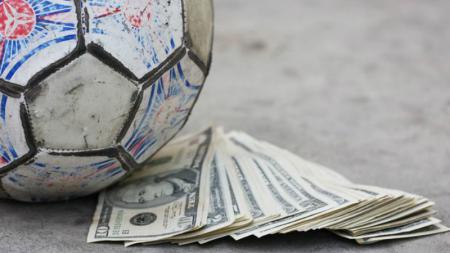Ilustrasi Sepakbola dan Uang. - INDOSPORT
