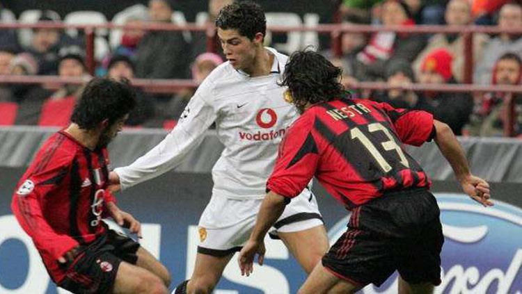 Cristiano Ronaldo saat dikawal ketat oleh Alessandro Nesta dan Gennaro Gattuso Copyright: Sportskeeda.com