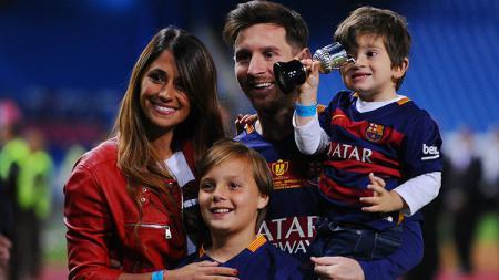 Lionel Messi, Antonella Roccuzzo, serta kedua anaknya, Thiago Messi dan Mateo Messi - INDOSPORT