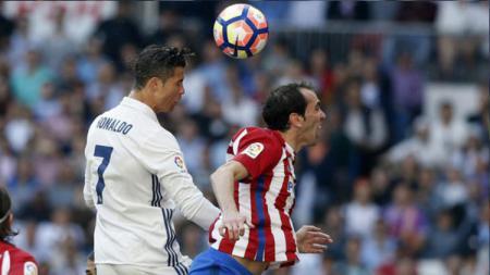 Diego Godin berduel dengan Cristiano Ronaldo ketika keduanya masih sama-sama bermain di kompetisi LaLiga Spanyol. - INDOSPORT