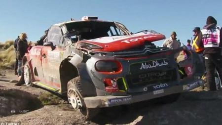 Mobil milik pembalap Irlandia Utara, Kris Meeke tampak rusak parah. - INDOSPORT