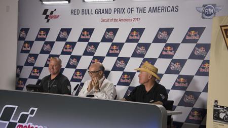 CEO Dorna Sports, Carmelo Ezpeleta (tengah), membahas kemungkinan gaji para pembalap MotoGP ikut dipotong akibat pandemi corona. - INDOSPORT