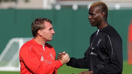 Brendan Rodgers (kiri) saat masih bersama dengan Mario Balotelli di Liverpool. - INDOSPORT