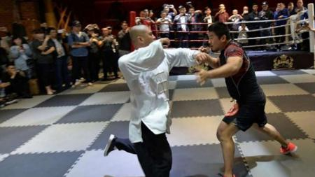 Situasi laga antara seorang ahli tai chi melawan petarung MMA. - INDOSPORT