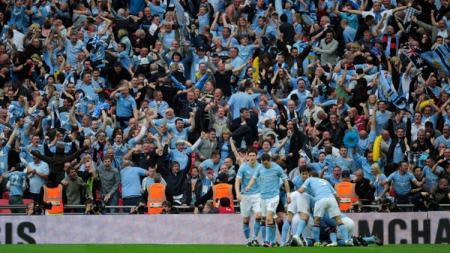 Fans Manchester City rayakan gol dari yaya Toure. - INDOSPORT