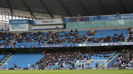 Penampilan tribun Stadion Etihad, markas Man City. - INDOSPORT