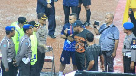 Iwan Setiawan saat melatih Pusamania Borneo FC. - INDOSPORT