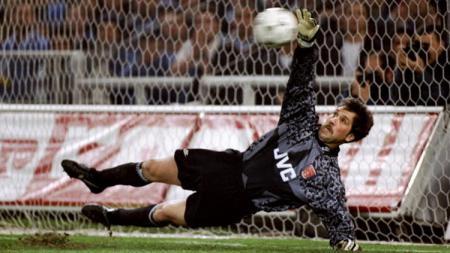 Aksi penyelamatan David Seaman saat melawan Sampdoria. - INDOSPORT